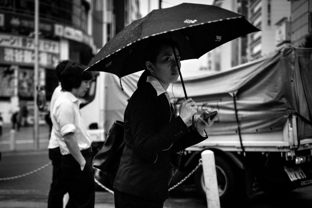 officelady_shibuya_rain(C)2016JASONWELCH