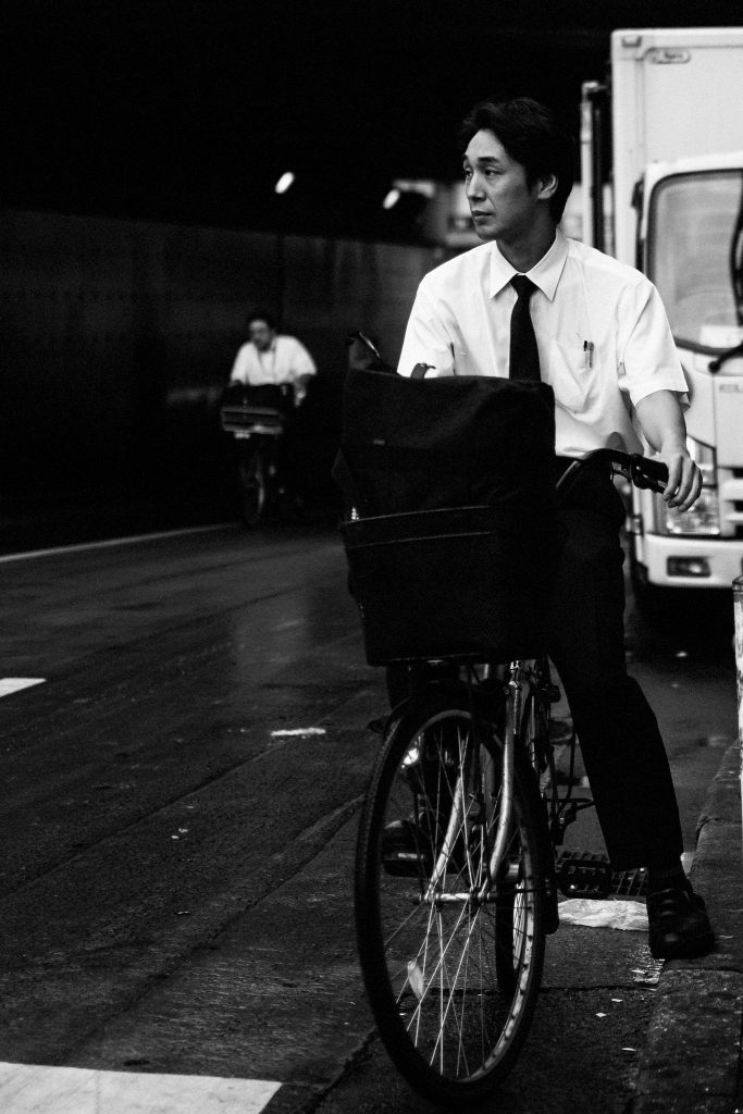 salaryman_bicycle_shinjukuc2016jasonwelch